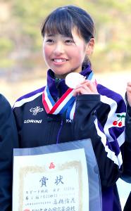 金メダルを手に笑顔の山形中央・高橋(カメラ・遠藤 洋之)