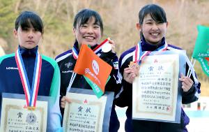 女子3000メートルの表彰台に上がった(左から)百瀬、小坂、福田