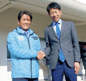 固い握手をして健闘を誓い合った東海大・両角監督(左)と立大・上野監督