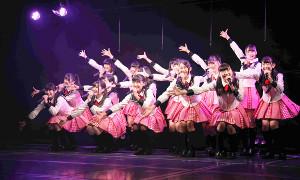 NGT48劇場でパフォーマンスする研究生たち