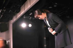 舞台で頭を下げる早川麻依子支配人