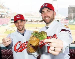 入団会見に臨んだローレンス(左)は自身のニックネームにちなんだ小枝を、レグナルトも葉っぱを手に笑顔