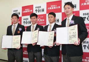 卒業式に出席した大阪桐蔭高の(左から)柿木蓮、藤原恭太、根尾昂、横川凱