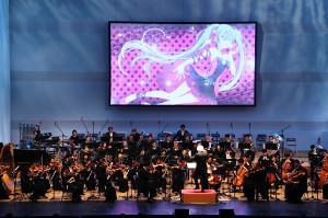 初音ミクのビジュアルをバックに演奏する大阪フィルハーモニー交響楽団