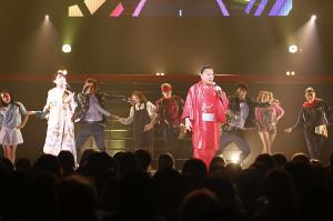 約100人のダンサーと共演した細川たかし、杜このみ