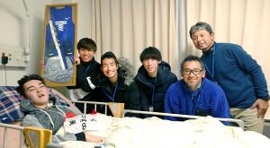 闘病中の竹内君をお見舞いした東海大駅伝チーム(左2人目から鬼塚、館沢、塩沢、西出コーチ)と成田高・松沢監督