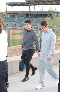 アリゾナ春季キャンプが行われる球場に到着した清宮(左)と加藤