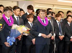 宮崎空港でのセレモニーで抱負を語るオリックス・西村徳文監督(中央)