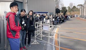 自主トレを打ち上げた吉田輝(左端)は300人のファンにサインした(カメラ・佐々木 清勝)