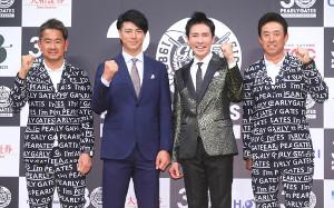 ガッツポーズする(左から)藤田寛之、石川遼、郷ひろみ、芹沢信雄