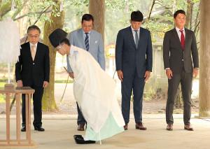 キャンプに向け、宮崎神宮を参拝した(左から)石井一夫球団社長、原辰徳監督、菅野智之、坂本勇人