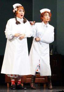 宝塚歌劇専科公演「パパ・アイ・ラブ・ユー」で女性看護師長に偽装するデーヴィッド(轟悠、右)とヒューバート(悠真倫)
