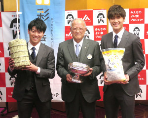 JA埼玉県中央会・連合会の松村龍司会長(中央)からブランド米「彩のきずな」を贈呈された浦和の武藤雄樹(左)、橋岡大樹