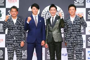 壇上でポーズをとる(左から)藤田寛之、石川遼、郷ひろみ、芹澤信雄