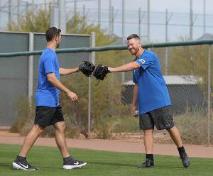 マルティネス(左)とキャッチボールを行い笑顔でグラブを合わせるバーベイト