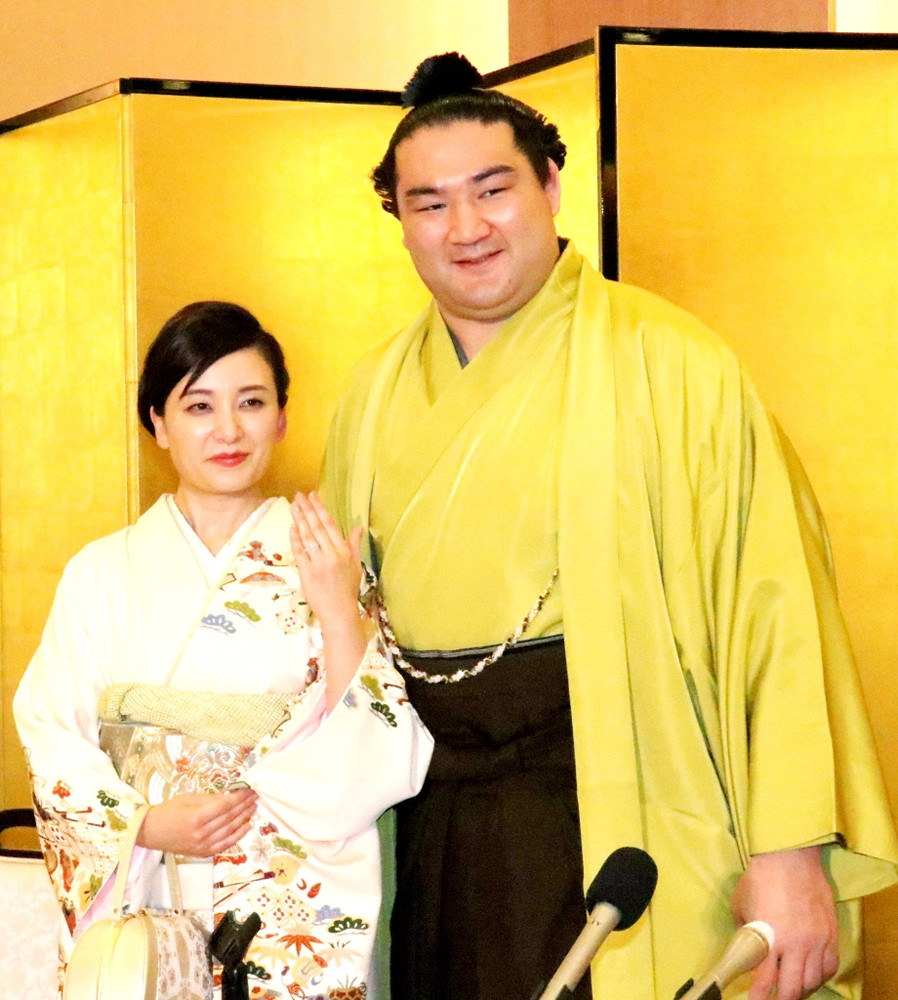 婚約発表会見を行った竜電(右)と、お相手の福丸麻惟さん