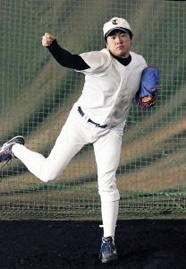 ブルペンで投球練習する東北福祉大・津森