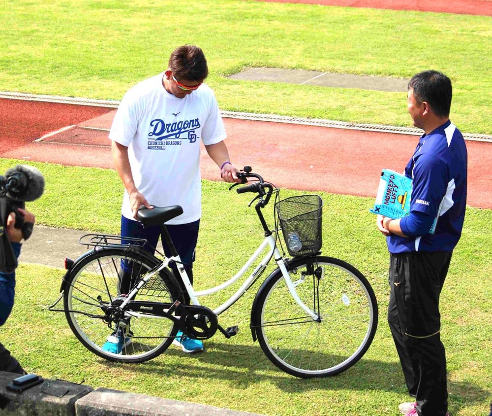知らぬ間に自転車の鍵をかけられ、困惑する中日・松坂