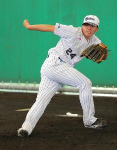 ブルペンで投球練習を行った東妻勇輔