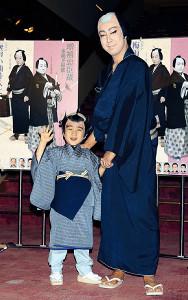 「梅雨小袖昔八丈 髪結新三」で共演した時の尾上菊之助(右)と寺嶋和史くん(昨年3月1日撮影)