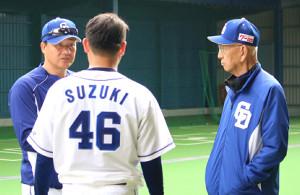 与田監督(左)は臨時コーチの杉下茂氏(右)と鈴木博にアドバイスを送った