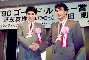 90年に新人王を受賞し握手する中日・与田剛(右)と近鉄・野茂英雄