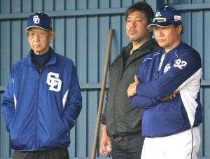 ブルペンで投球を見つめる(左から)杉下茂氏、野茂英雄氏、与田監督