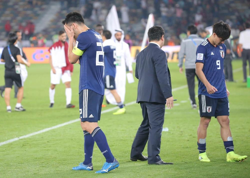 優勝を逃し、顔を覆う吉田麻也(左)右は南野拓実(カメラ・竜田 卓)