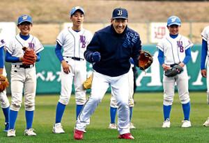野球教室で子供たちに手本を見せる吉田正(中)