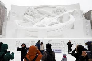 初音ミク(右)と「Poppin'Party」の戸山香澄の大雪像