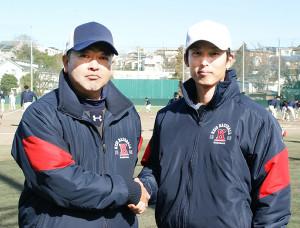 がっちり握手を交わす慶大・大久保監督(左)と竹内助監督