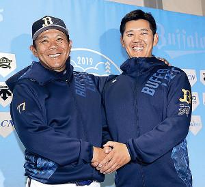 オリックス入団が決まり、笑顔で西村監督(左)と握手をする成瀬