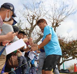 ファンにサインをする松坂(写真は昨年2月のキャンプ)
