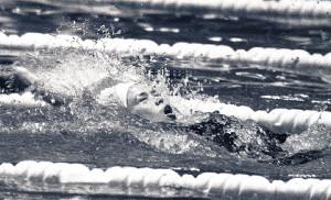 東陽大会で全泳する田中