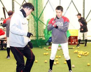 新潟ボーイズの選手を指導する田中さん