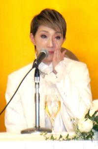 退団会見で思わず涙を見せる宝塚歌劇星組トップスター・紅ゆずる