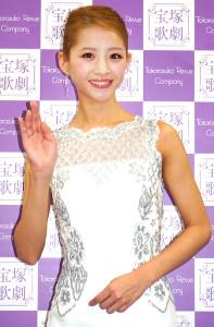 退団会見を行った宝塚歌劇星組トップ娘役・綺咲愛里