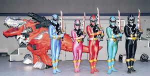「騎士竜戦隊リュウソウジャー」の(左から)リュウソウブルー、リュウソウピンク、リュウソウレッド、リュウソウグリーン、リュウソウブラック