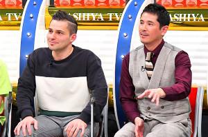 英会話講師ジェレミー・ラニグさん(左)らと、うどん愛を語る西村和彦(写真提供:MBS)