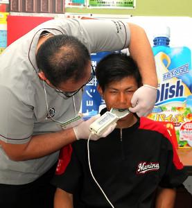 歯のかみ合わせなどを計測する藤原恭大選手