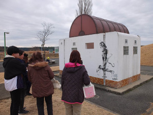 バンクシーの落書き!?が描かれた印西市の双子公園の公衆トイレ(カメラ・越川 亘)