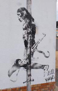 バンクシーの落書き「猿と銃」