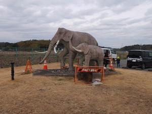 双子公園のナウマンゾウの像