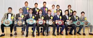 表彰され壇上に並ぶ年間優秀選手たち(カメラ・頓所 美代子)