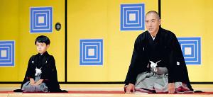 襲名発表会見での市川海老蔵と堀越勸玄くん。ふすまにあるのが「三升紋」