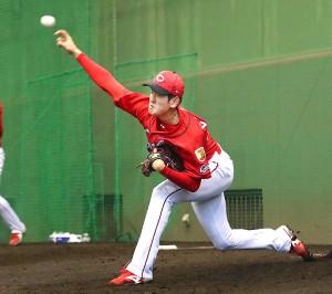 ブルペンで投球練習をする広島・遠藤