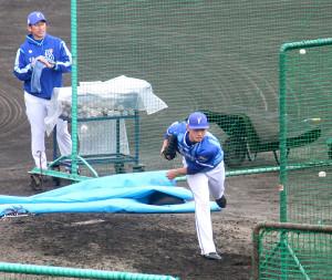 フリー打撃に登板したDeNA・石田(後ろは三浦投手コーチ)