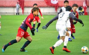 ボールを追う鹿島MF中村充孝(左)
