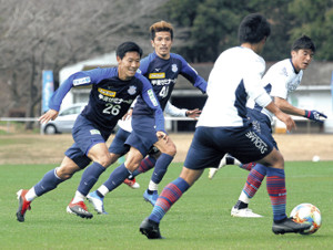 相手ボールを追う(左から)佐藤和と小椋