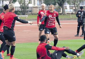 ボール回しでのやりとりでアピールする札幌MF小野(右)